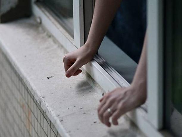 Молодой волжанин выпал из окна, оставив предсмертные смс-сообщения