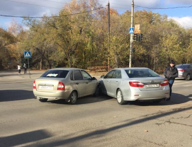Camry и Kalina не поделили светофор на перекрестке в Волжском