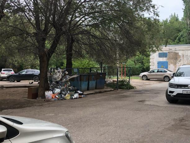 Сотрудники мэрии складируют мусор на заднем дворе в Волжском