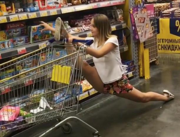 Шпагат VS наклон: гимнастка ушла в «минус» в магазине Волжского