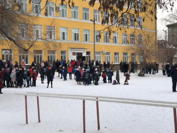 В Волгограде эвакуируют школьников
