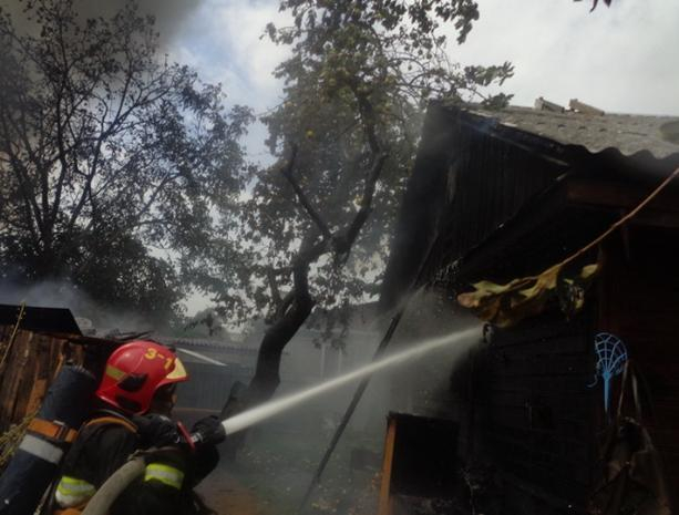 В Среднеахтубинском районе пожар охватил частную территорию