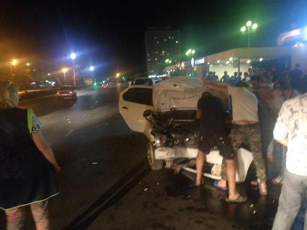 Иномарка в центре Волжского протаранила магазин