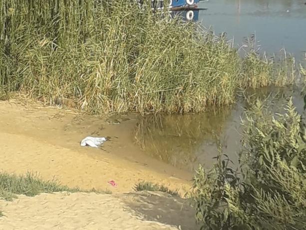 Тело семилетней девочки пролежало на пляже весь день