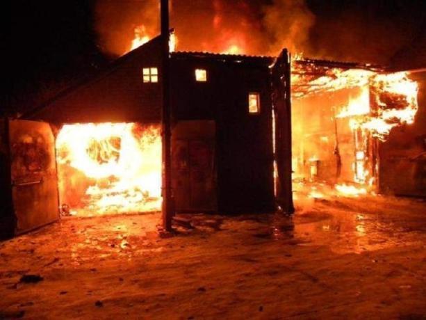 Гараж, автомобиль, постройка и контейнер - все сгорело