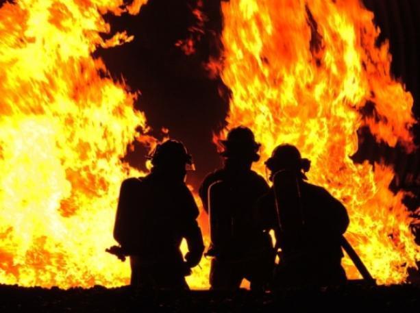 Кирпичный дом и вагончик сгорели в Волжском за сутки