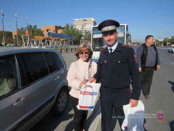Добрые госавтоинспекторы Волжского подарили водителям кружки и брелоки