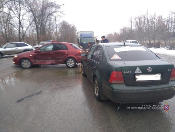 Водитель легковушки попал в больницу после ДТП в Волжском