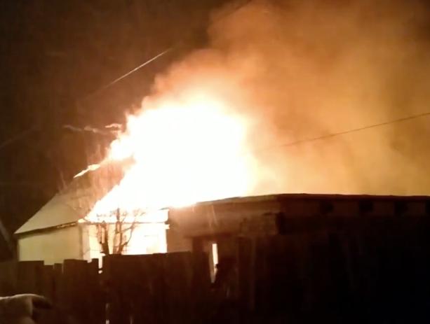 Ярким пламенем охватило жилой дом в Волжском