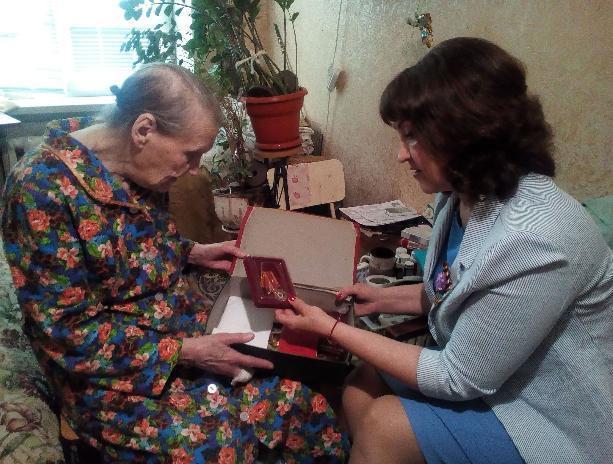 Ветеранов в Волжском поздравили рублем