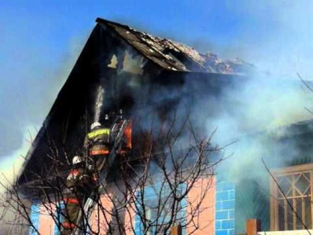 На Рабочем полностью прогорел чердак здания