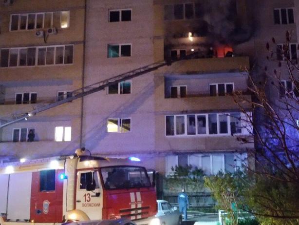 В Волжском перед рассветом загорелась квартира