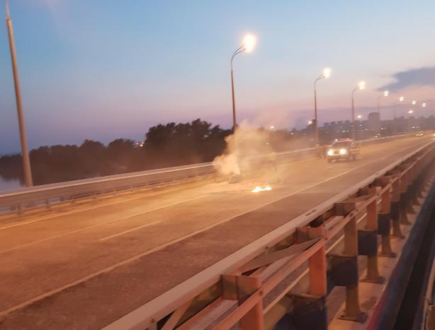 На Танцующем мосту загорелся мотоциклист, - автолюбитель