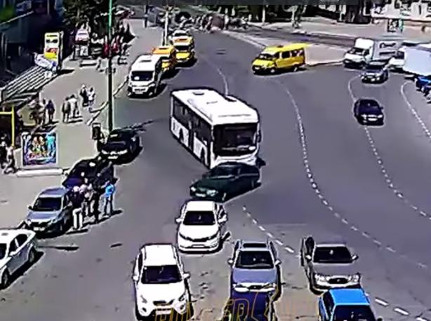 «Вин Дизель» на иномарке подрезал пассажирский автобус в Волжском
