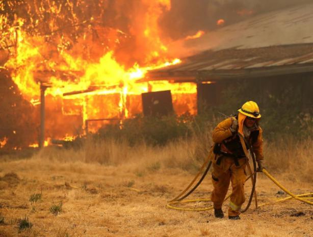 «Нива», гараж и деревянная постройка оказались в огне сегодняшней ночью