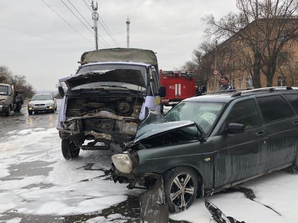 Разбитая «в хлам» машина и море белой пены: авария на Набережной