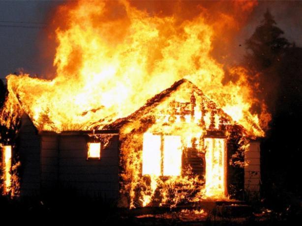 В пылающем доме под Волжским сгорел человек