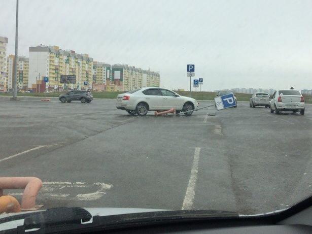 Понтовщик на Skoda выбил страйк на парковке в Волжском