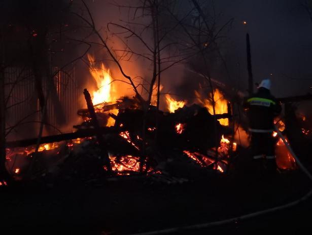 Под обломками сгоревшего дома пожарные обнаружили тело мужчины