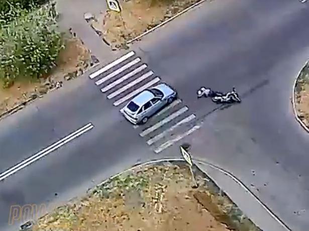 Автомобилист протащил мотоциклиста несколько метров в Волжском