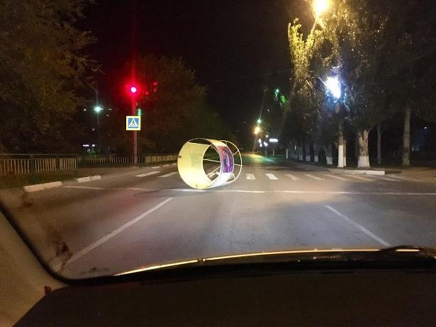 Киоск для кваса пытался перейти дорогу