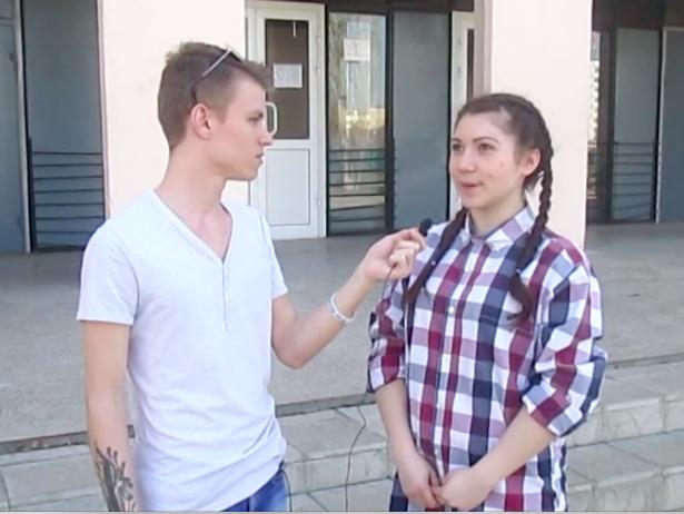 Яркие наряды и мэйк-ап в стиле «smoky eyes» выбрали старшеклассницы из Волжского для выпускного бала
