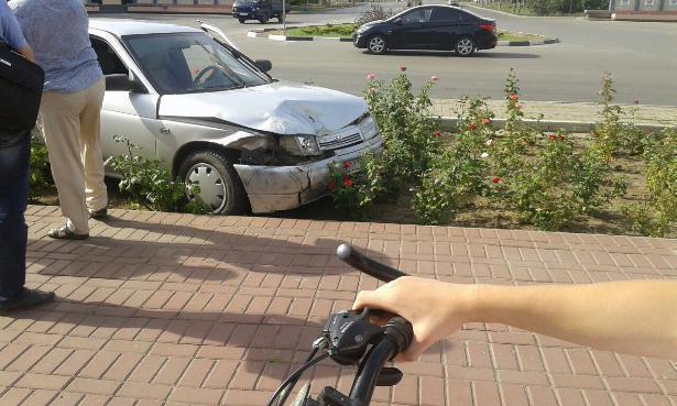 «Десятка» и «Волга» «припарковались» на площади Строителей и в клумбе