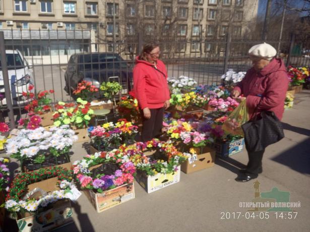 Торговцев, заполонивших улицы нелегальными цветами, оштрафовали в Волжском