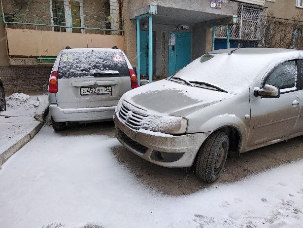 Водитель «Рено» бросил открытую машину перед входом в подъезд в Волжском
