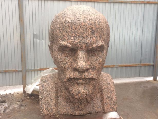 Бюст Ленина вынесли во двор на время реставрации зала на заводе Волжского