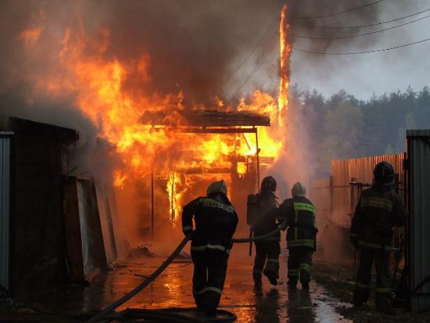 В Быковском районе загорелись вещи в пустующем здании