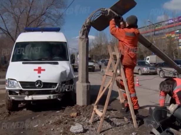 В Волжском Скорая помощь влетела в столб, уходя от столкновения