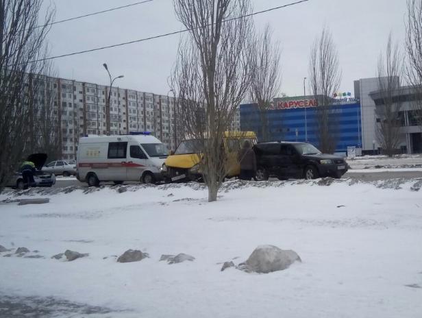 Водитель легковушки вылетел на встречку и врезался в маршрутку в Волжском