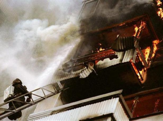 В Волжском огонь охватил балкон в многоэтажке