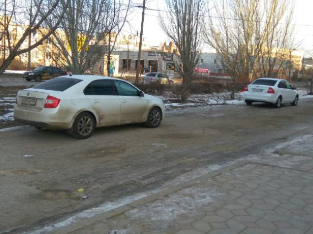 Автолюбители стали парковаться на пешеходной зоне в Волжском