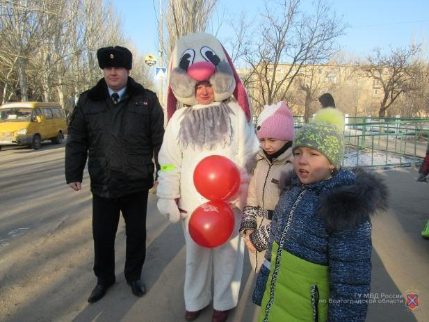 Заяц Тимоша помог юным волжанам запомнить безопасные маршруты