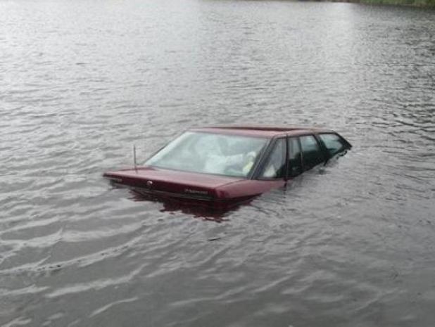 Внедорожник утонул в озере вместе с водителем