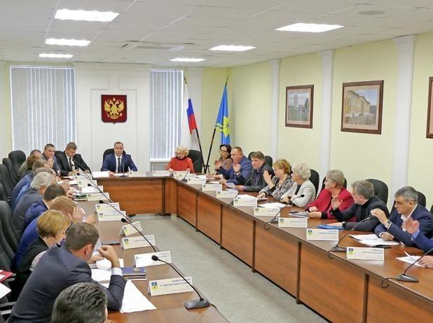 Депутаты Волжского обсудили опасность покрышек во дворах