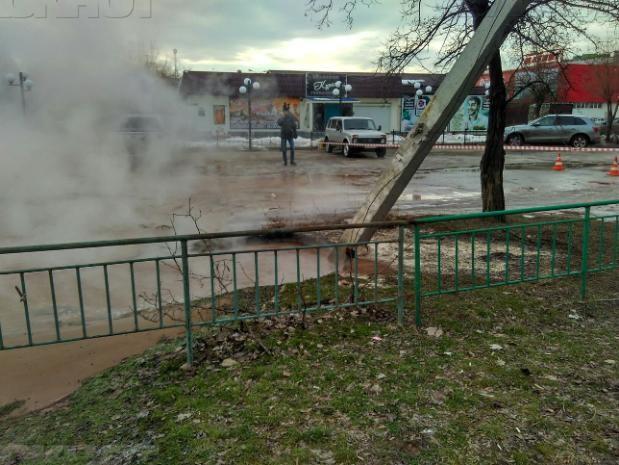 Аварийные службы устраняют повреждения водопроводной трубы