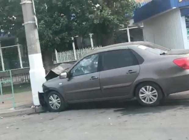 После ДТП автомобиль влетел в бетонный столб в Волжском