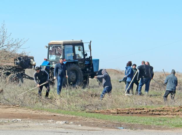 Пятьдесят водителей вышли на уборку остановок в Волжском