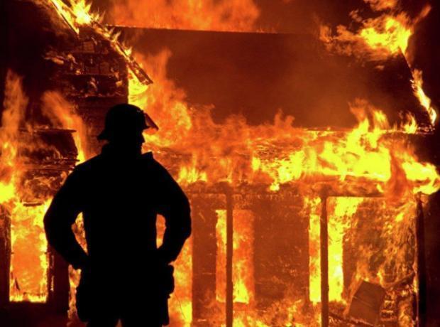 В Волжском СНТ полностью сгорел дачный дом