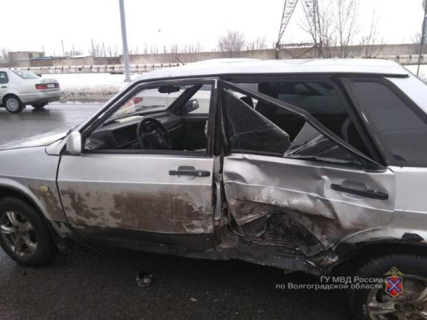 Массовое ДТП спровоцировал водитель легковушки в Волжском