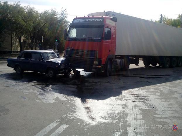Водитель и пассажирки «семерки» пострадали в ДТП с фурой в Волжском