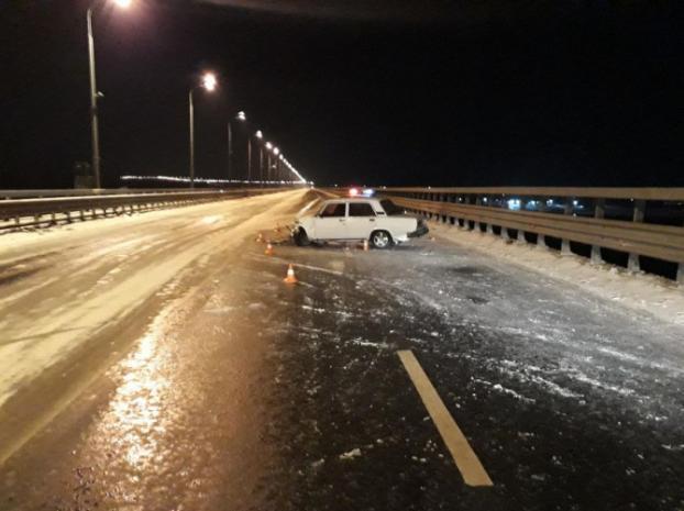 На мостовом переходе легковушка врезалась в ограждение
