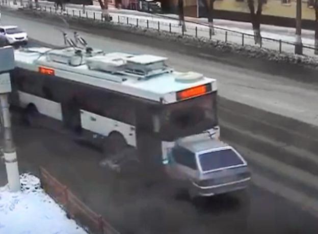 Появилось видео лобового столкновения легковушки и троллейбуса