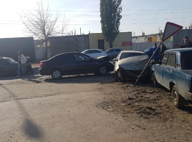Пять автомобилей столкнулись в Волжском: два человека пострадали