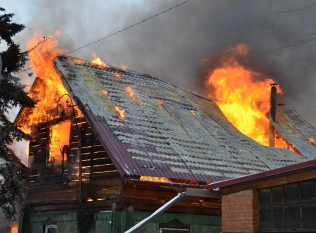 Под Волжским горел частный деревянный  дом