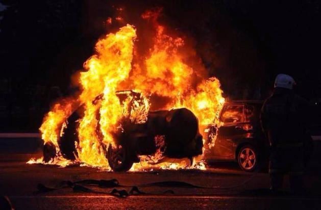 Неизвестные подожгли Mercedes и Шевроле рано утром вВолжском