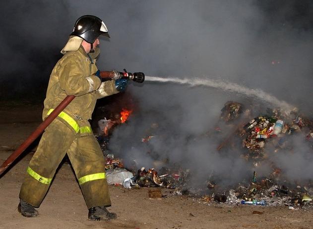 В Волжском начали поджигать мусор